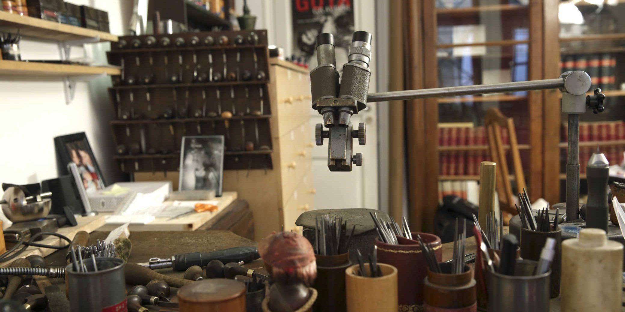 L'établi et sa loupe binoculaire © Fondazione Michelangelo / S. Pozzoli