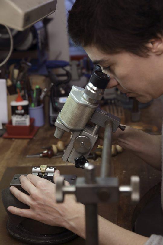 Travail à la loupe binoculaire © Fondazione Michelangelo / S. Pozzoli